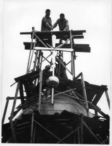 Поднятие креста на главный купол кафедрального собора г. Тамбова в 1993 году